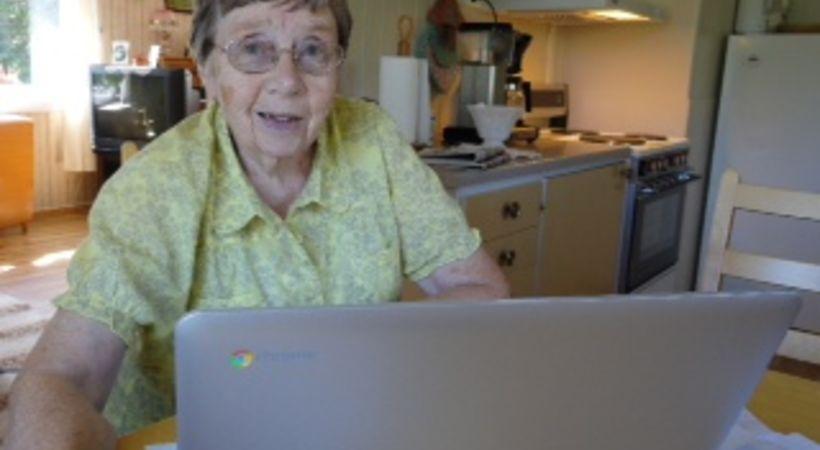 Jartrud Nedresæter (84) kan høre på Norea Pluss når hun vil, og gjerne mens hun surfer på nett.