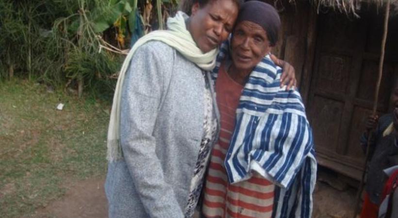 Durate (til høyre) lever i dyp fattigdom, men har fått glede og håp i Jesus. Her er hun sammen med vår medarbeider Hirut i Etiopia.