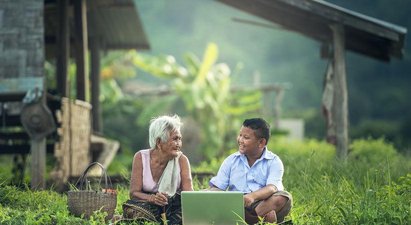 Radioprogrammet Håpets kvinner, som Norea støtter i Kambodsja, gir krefter til besteforeldre som oppdrar sine barnebarn (Illustrasjonsfoto).