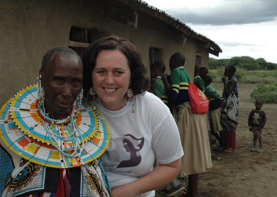 Koordinator for Noreas kvinnearbeid, Elisabeth Lillebø Sæth, sammen med en masai-kvinne.